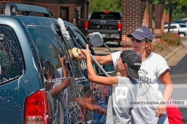 Teen Kirchengruppe hat eine Spende Auto waschen  Opfer des Hurrikans Katrina in LA Golf Küste der USA zu helfen