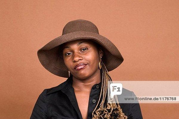 Junge schwarze Frau  trägt einen Hut  posieren