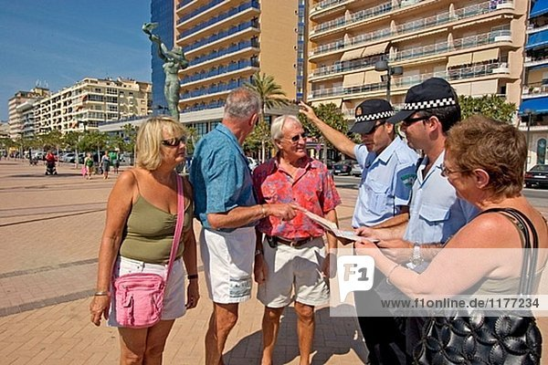 Lokale Polizei eine Gruppe von Touristen in Fuengirola Promenade zu informieren. Provinz Málaga. Costa del Sol  Andalusien  Spanien