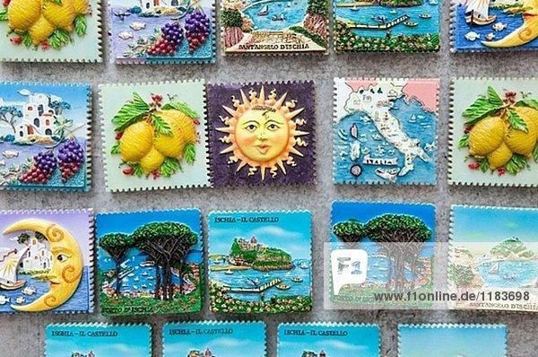 Kühlschrankmagnete Souvenir. Ischia Ponte. Ischia. Bucht von Neapel. Campania. Italien.