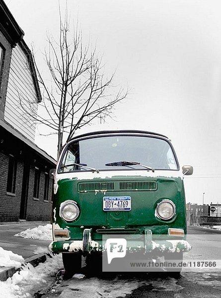 Ein Vintage VW-Bus von der 1960´s wird auf eine eisige Straße im Winter erfasst. Ein Vintage VW-Bus von der 1960´s wird auf eine eisige Straße im Winter erfasst.