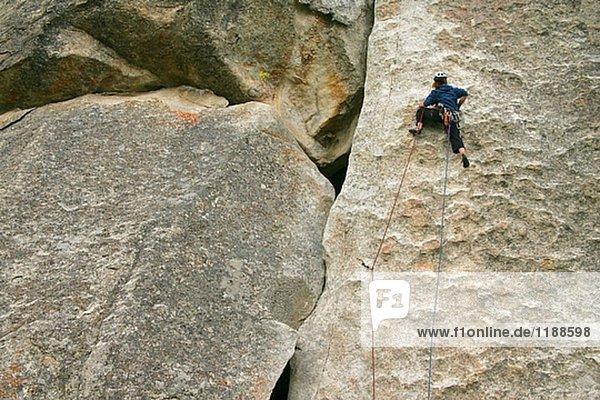 Weibliche Kletterer führt eine Route in City of Rocks  Idaho  USA