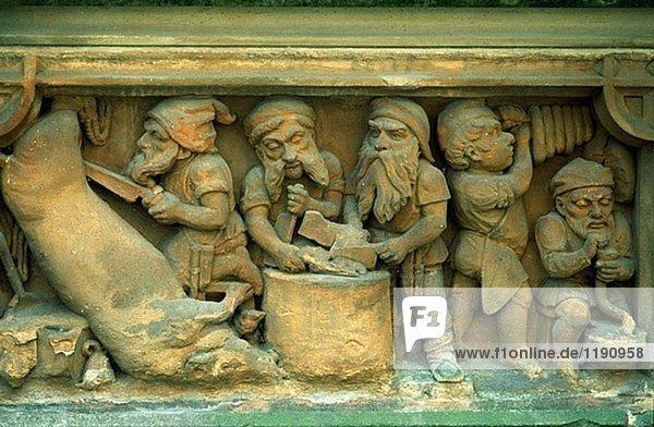 Deutschland  Nordrhein-Westfalen  Köln  Heinzelmännchenbrunnen  stone carving Darstellung der friedly Zwerge oder Elfen von deutschen folk glauben.