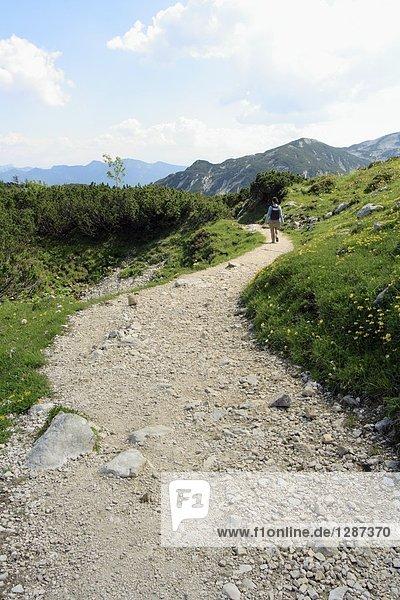 Wanderer zu Fuß auf Spur  Salzkammergut  Oberösterreich  Österreich