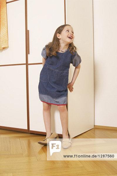 Porträt von lachend Mädchen zu Fuß in ihre Schuhe mother´s