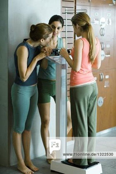 Frau beobachtet Freundin wiegt sich in der Umkleidekabine