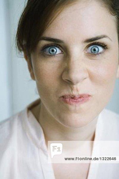 Frau macht Gesicht  Nahaufnahme  Portrait  Mund