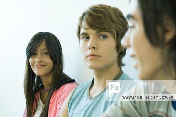 Teenager-Freunde lächeln sich an.