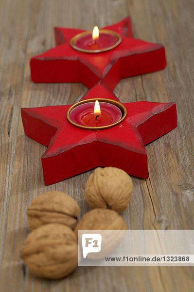 Sternförmige Kerzenhalter mit Teelichtern und Walnüsse  fully_released