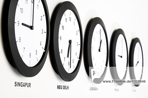 Uhren an der Wand  Nahaufnahme  Symbol für Greenwich Mean Time