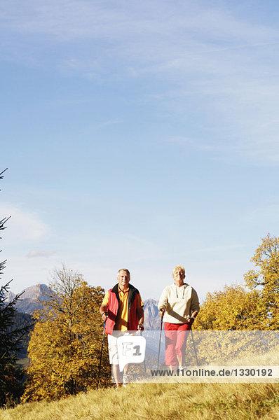 Seniorenpaar Nordic Walking im Freien