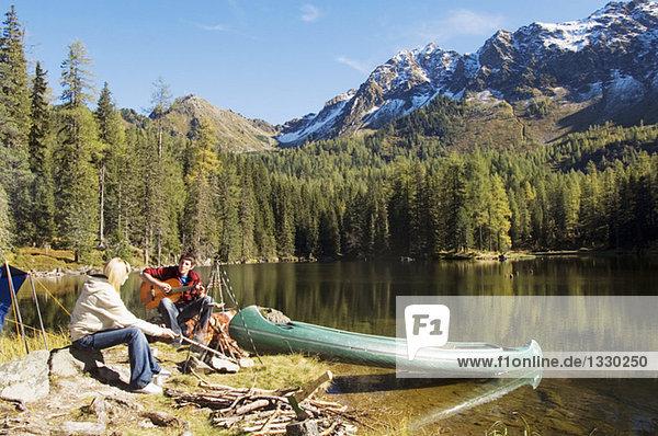 Junges Paar beim Zelten am See