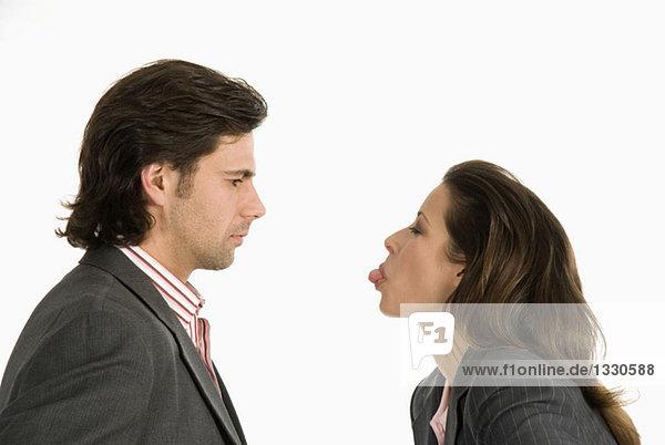 Geschäftsmann und Geschäftsfrau diskutieren  Seitenansicht