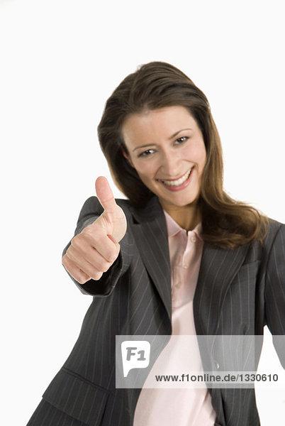 Geschäftsfrau mit Daumen hoch  lächelnd  Portrait  Nahaufnahme