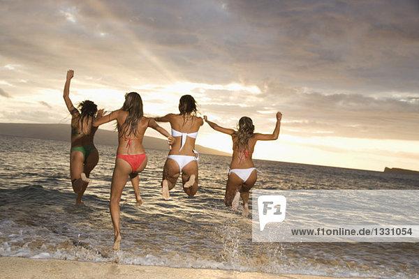 Frauen Springen Im Wasser Am Strand