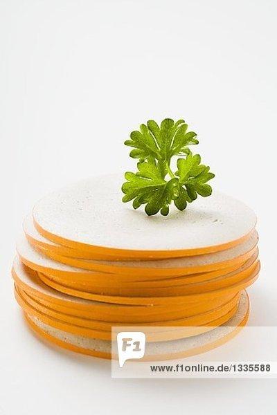 Gestapelte Gelbwurst-Scheiben mit Petersilie