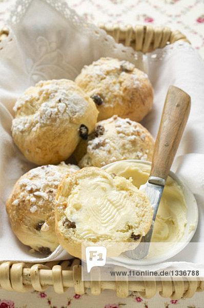 Gezuckerte Rosinenbrötchen mit Butter im Brotkorb