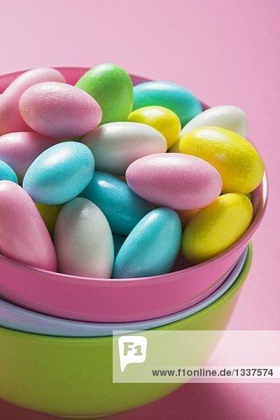 Mandeln mit bunter Zuckerglasur in rosa Schale