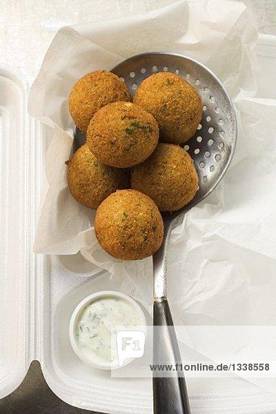 Falafel (Kichererbsenbällchen) mit Joghurtdip in Lunchbox