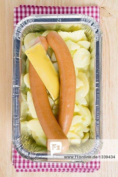 Wiener Würstchen mit Kartoffelsalat und Senf in Aluschale Wiener Würstchen mit Kartoffelsalat und Senf in Aluschale