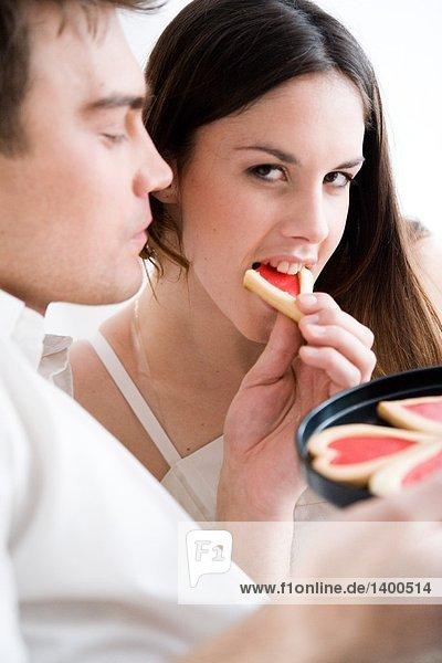 Mann Fütterung Frau cookies