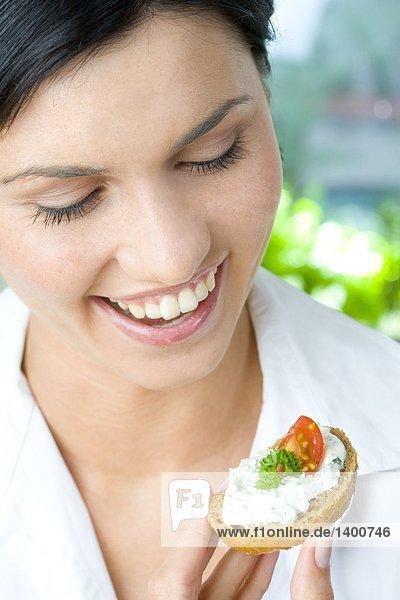 Frau mit dem Frühstück sandwich
