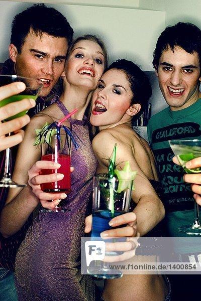 Gruppe Freunden trinken Cocktails auf einer party