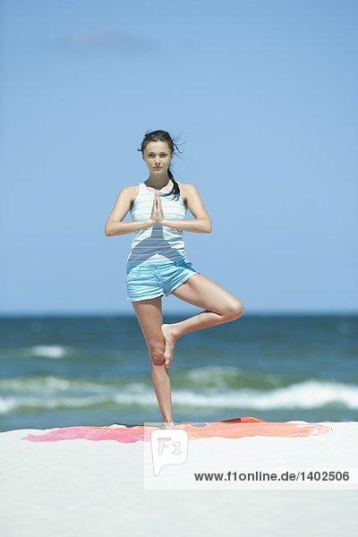 Frau beim training am Strand