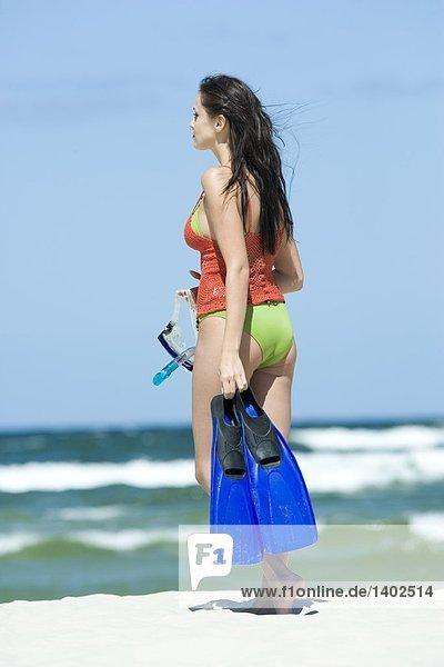 Frau im Meer Tauchen wollen