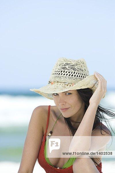 Frau in Hut Entspannung am Strand