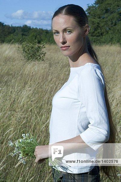 junge Frau zu Fuß auf Feld