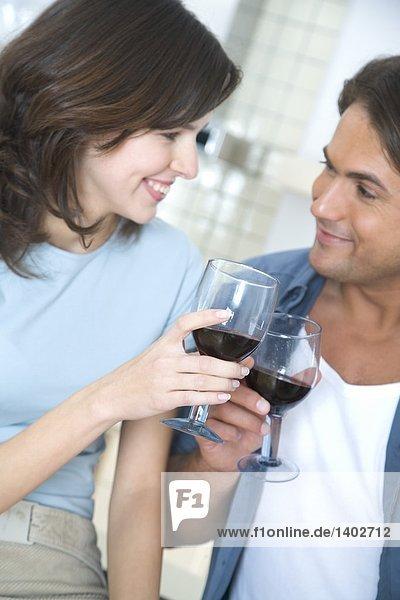 Paar mit Rotwein