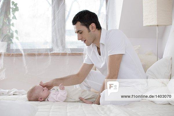 Menschlicher Vater Säuglingsalter Säugling