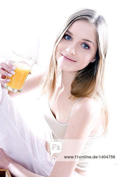 junge Frau junge Frauen trinken Saft