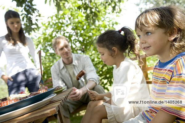 Familie mit barbecue