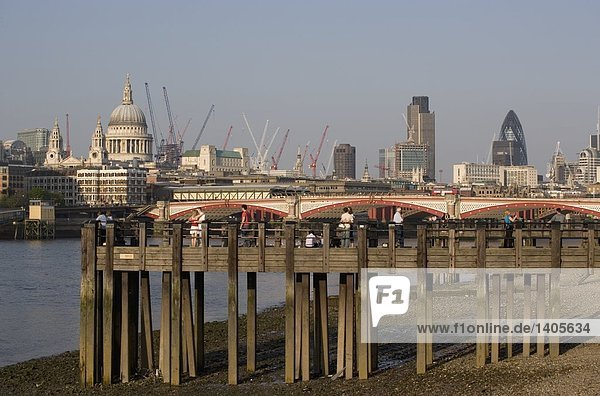 Touristen auf hölzernen Pier am Ufer  St. Pauls Kathedrale  London  England