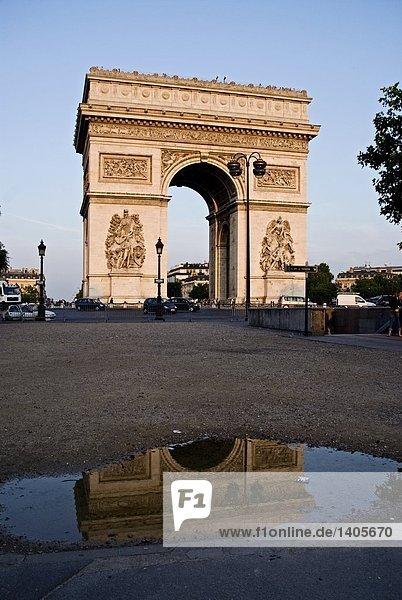 Torbogen spiegelt sich in Pfütze Wasser  Arc de Triomphe  Paris  Frankreich