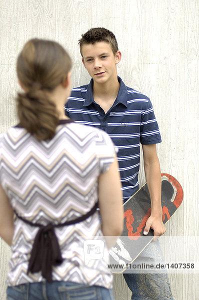 Teenager Blick auf seinem Freund Teenager Blick auf seinem Freund
