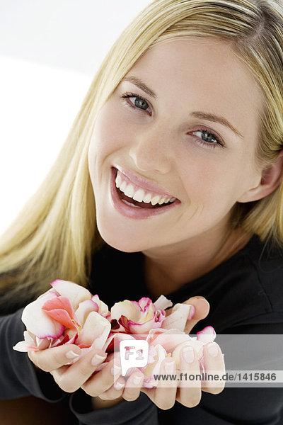 Junge Frau mit Deodorant  drinnen