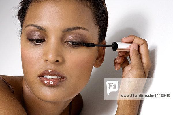 Porträt einer Frau mit Wimperntusche