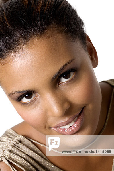 Porträt einer jungen Frau beim Blick in die Kamera