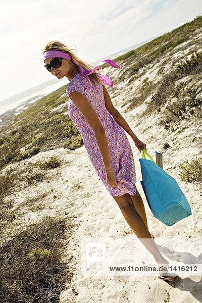 Junge Frau beim Spaziergang am Strand