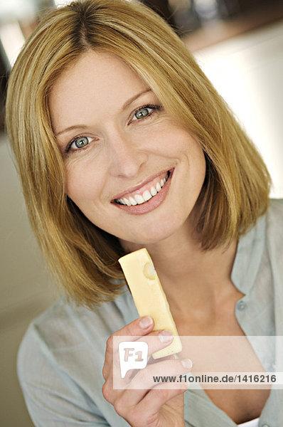 Porträt einer Frau beim Käseessen