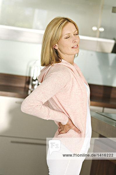 Frau mit Händen auf dem Rücken  Augen geschlossen