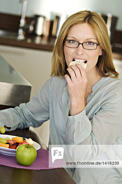 Frau isst Reiskuchen