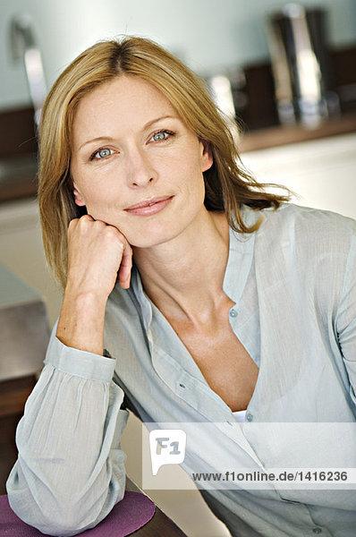 Porträt einer Frau mit Blick auf die Kamera