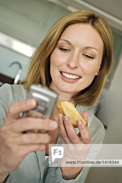 Porträt einer Frau mit Handy