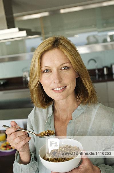 Porträt einer Frau beim Müsliessen