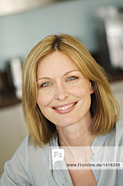 Porträt einer Frau  die für die Kamera lächelt