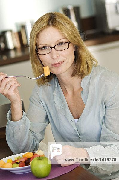 Frau isst Obstsalat